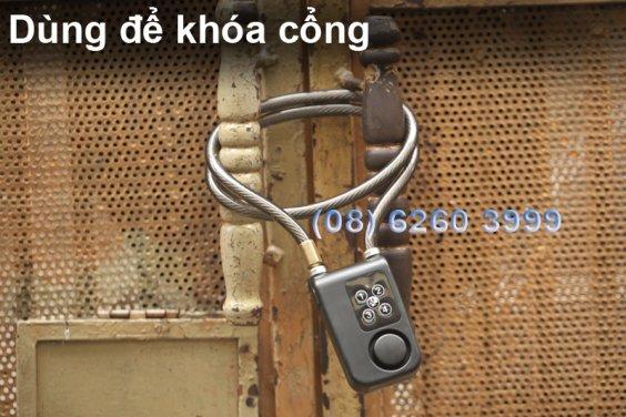 Dùng khóa dây báo động để khóa cửa cổng